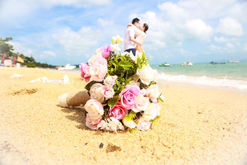 Ramalhete do casamento na frente do fundo novo dos pares imagens de stock royalty free