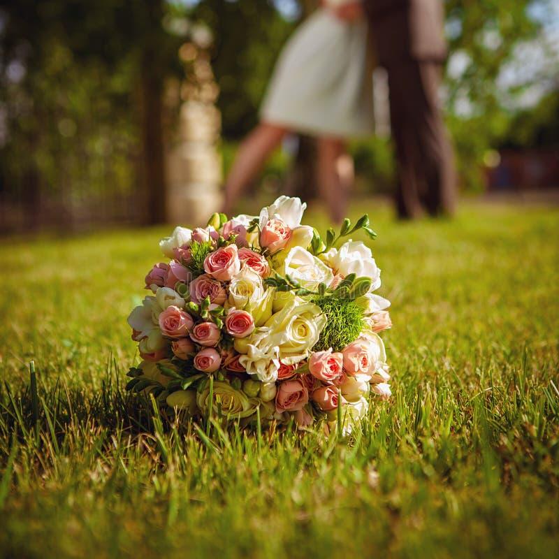 Ramalhete do casamento na grama foto de stock royalty free