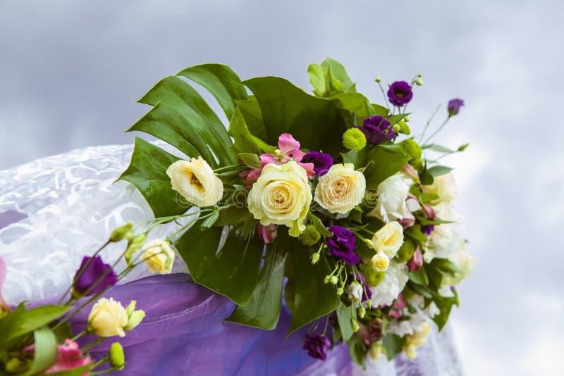 Ramalhete do casamento no arco fotografia de stock royalty free
