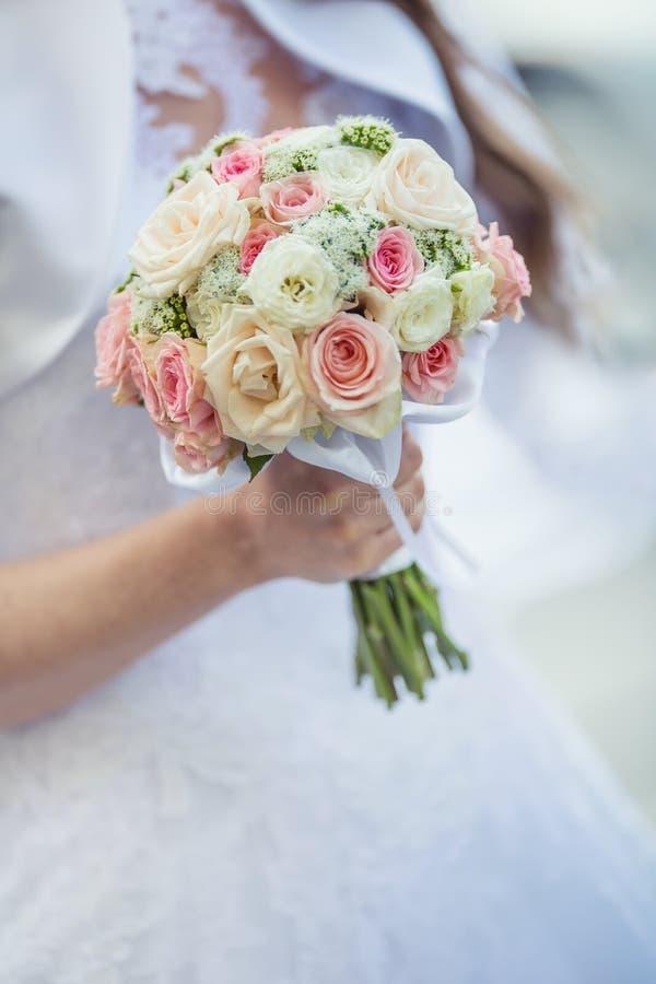 Ramalhete do casamento Noiva que guarda seu ramalhete do casamento com rosas fotos de stock
