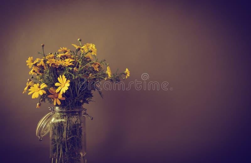 Ramalhete do crisântemo amarelo em um fundo acastanhado fotografia de stock