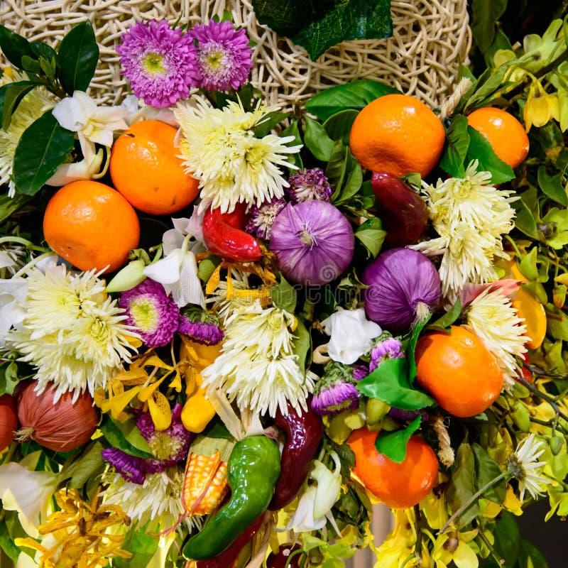 Ramalhete do fruto e da flor fotografia de stock
