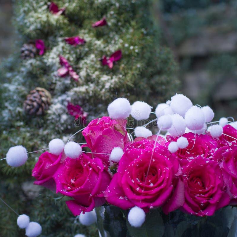 Ramalhete do inverno de rosas e de Natal-árvore do rosa da respiração no s fotografia de stock royalty free