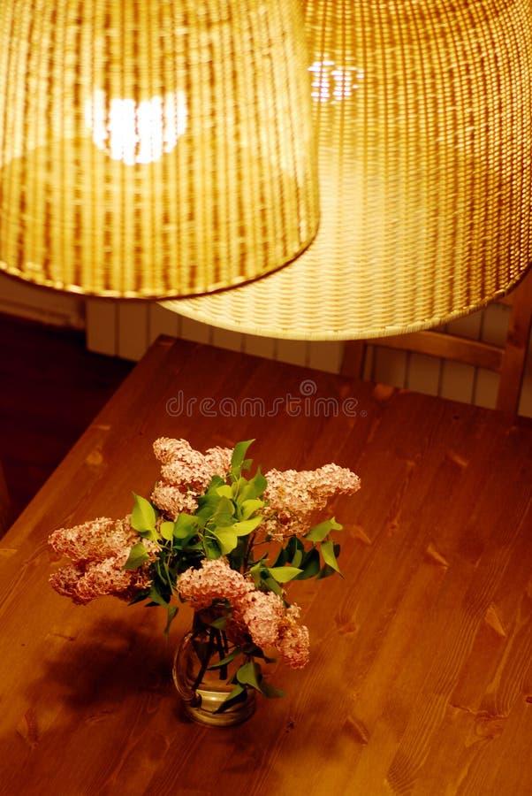 Ramalhete do Lilac na tabela fotos de stock