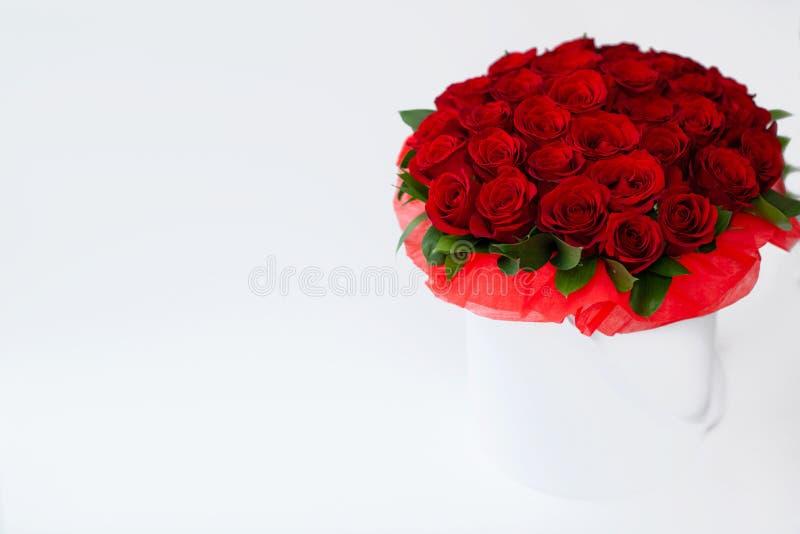 Ramalhete do rosesbouquet vermelho de rosas vermelhas em uma caixa branca em um fundo branco isolado imagem de stock