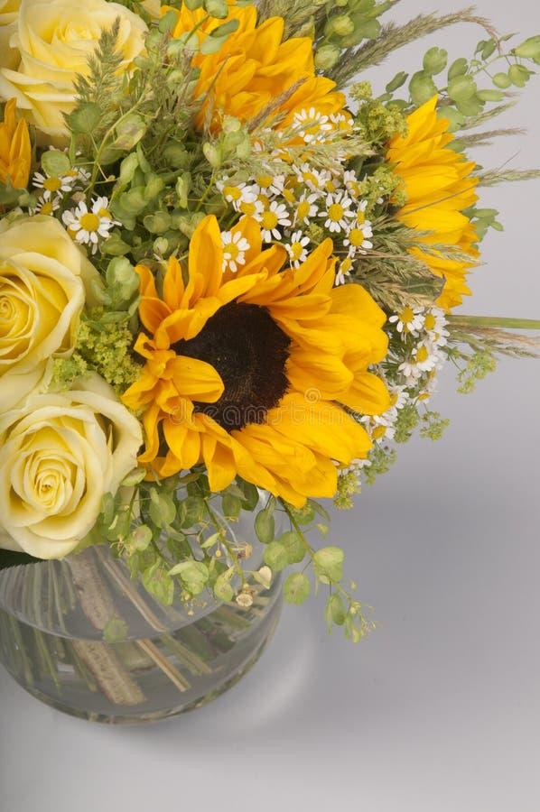Ramalhete dos girassóis, das rosas e dos wildflowers imagem de stock royalty free