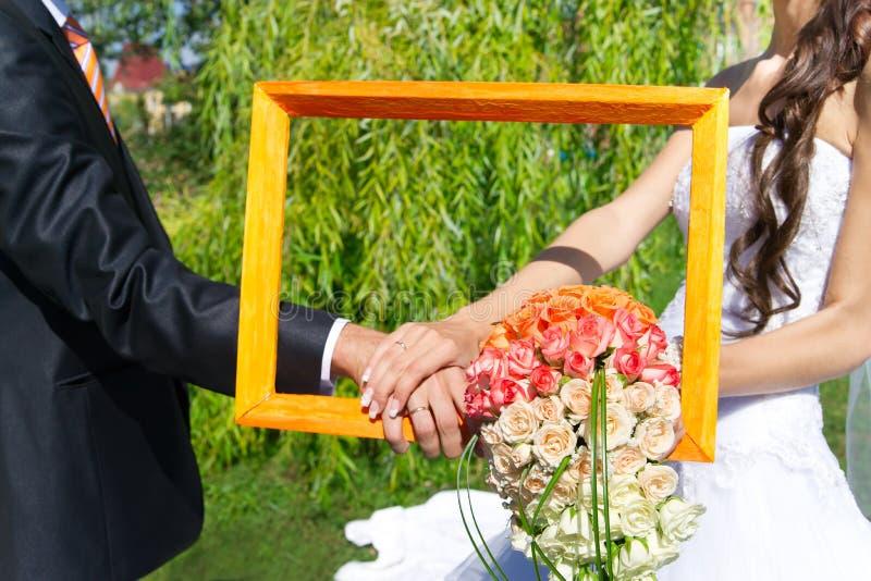 Ramalhete e mãos com anéis imagem de stock royalty free