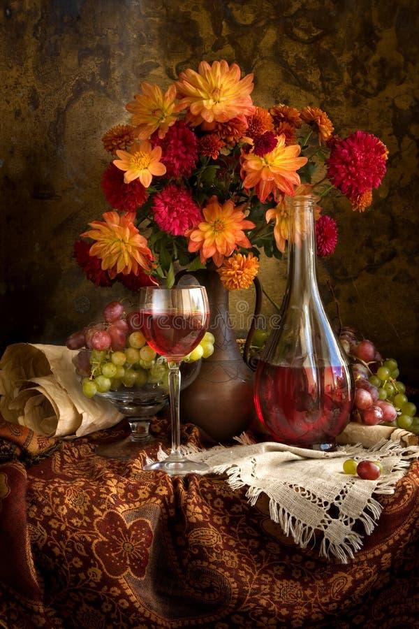Ramalhete e vinho fotos de stock