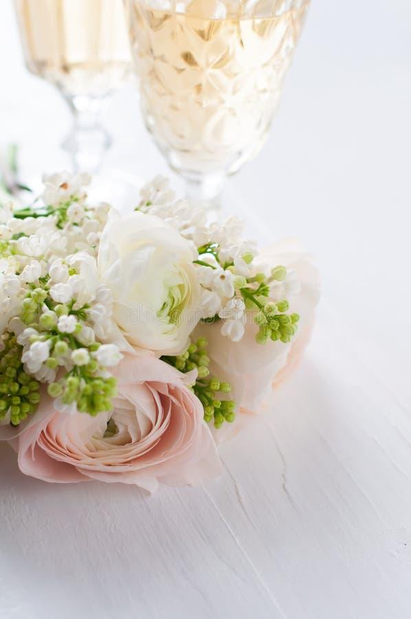 Ramalhete elegante das flores e dos dois vidros do vinho fotos de stock