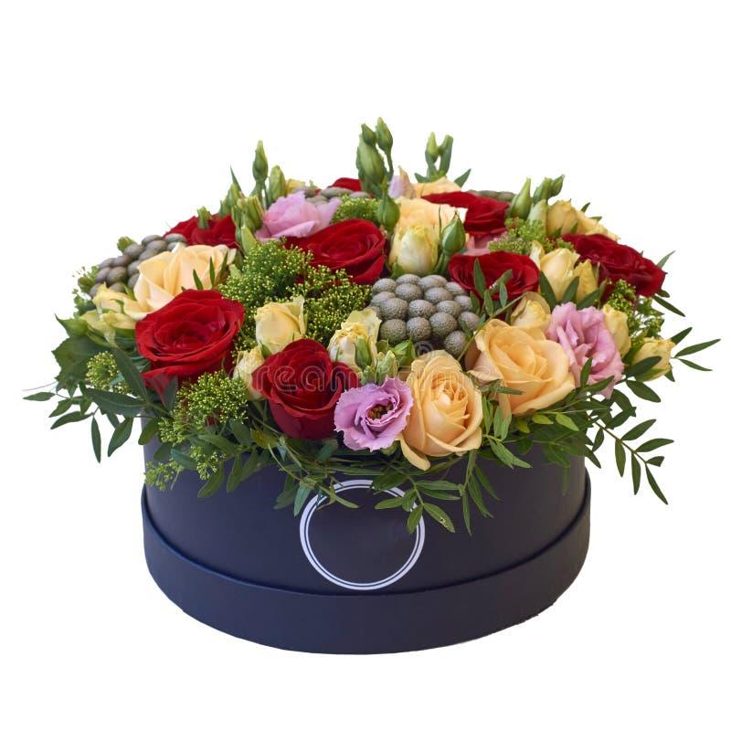 Ramalhete festivo das flores em um pacote bonito imagens de stock