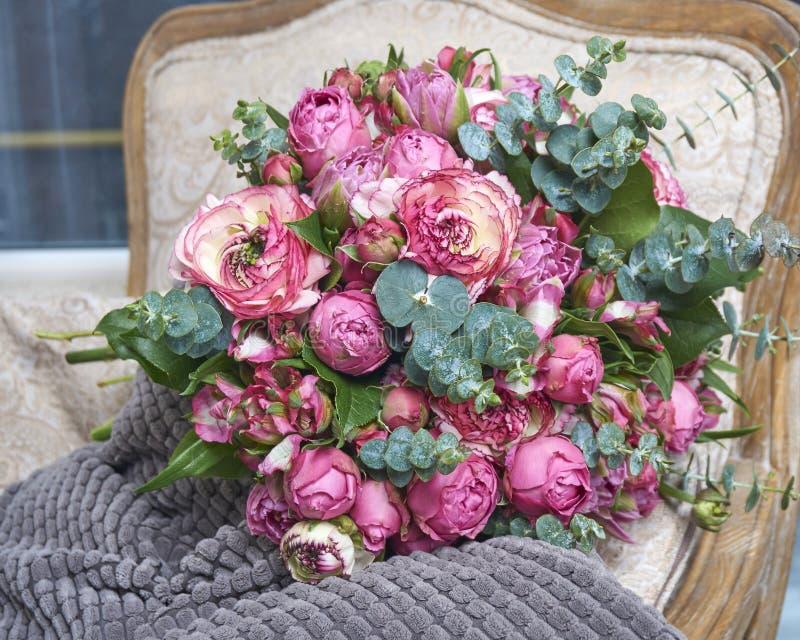 Ramalhete festivo das flores em um pacote bonito fotografia de stock royalty free