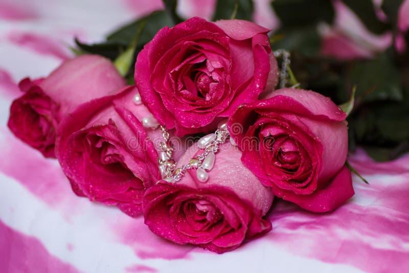 Ramalhete festivo de rosas carmesins foto de stock royalty free