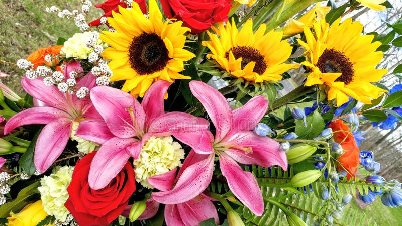 Ramalhete floral bonito, girass?is, Lillies, tipo de flor, rosas imagens de stock