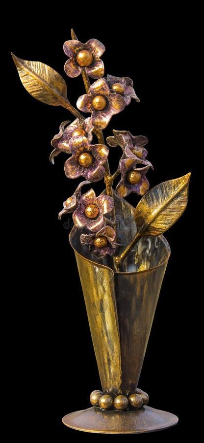Ramalhete forjado das flores em um vaso metálico, dourado na cor, isolada em um fundo homogêneo imagem de stock