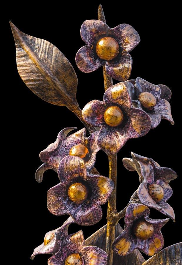Ramalhete forjado das flores em um vaso metálico, dourado na cor, isolada em um fundo homogêneo imagens de stock royalty free