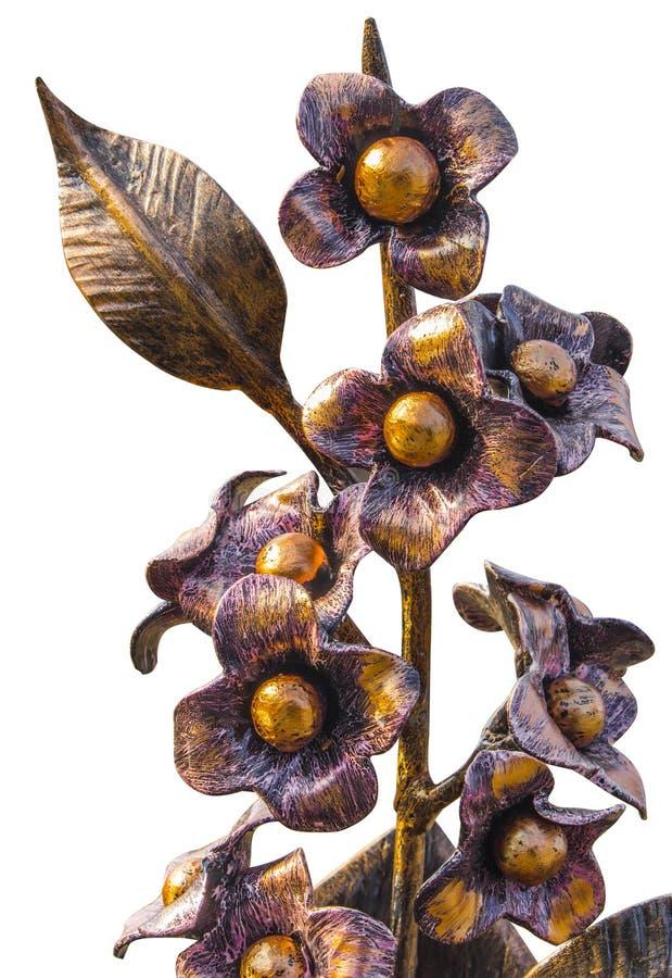 Ramalhete forjado das flores em um vaso metálico, dourado na cor, isolada em um fundo homogêneo fotografia de stock royalty free