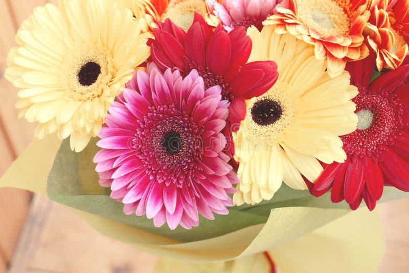 Ramalhete grande com muitos vermelho, rosa e gerberas amarelos com tonifica??o moderna bonita fotos de stock royalty free