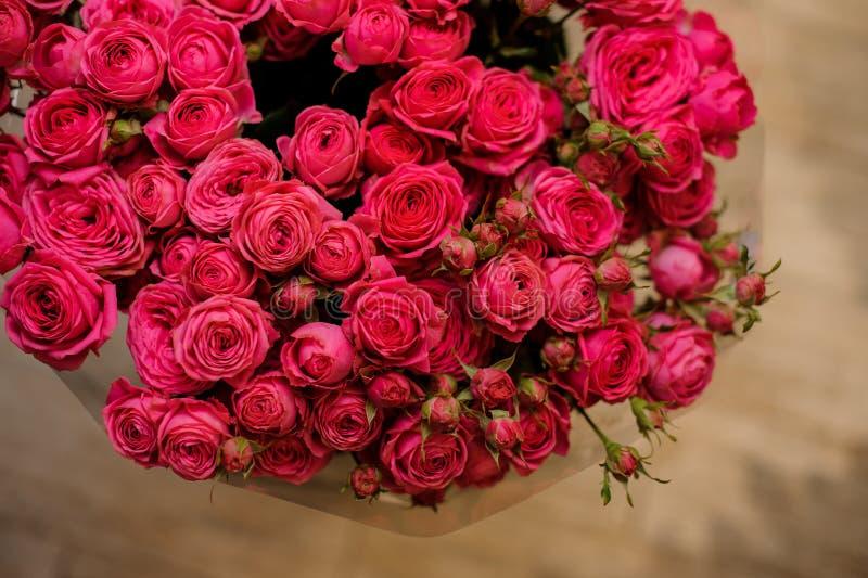 Ramalhete grande de muitas rosas pequenas do fim cor-de-rosa da cor acima imagens de stock royalty free