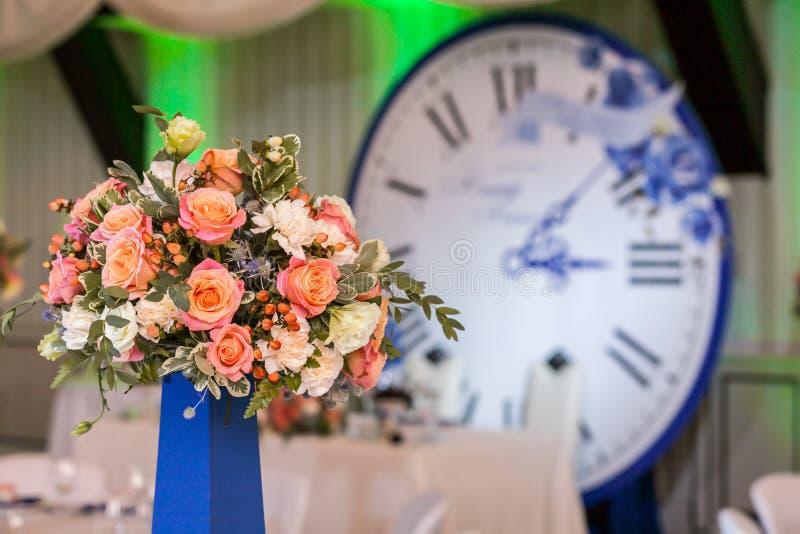 Ramalhete lindo na tabela do convidado na cerimônia de casamento imagem de stock
