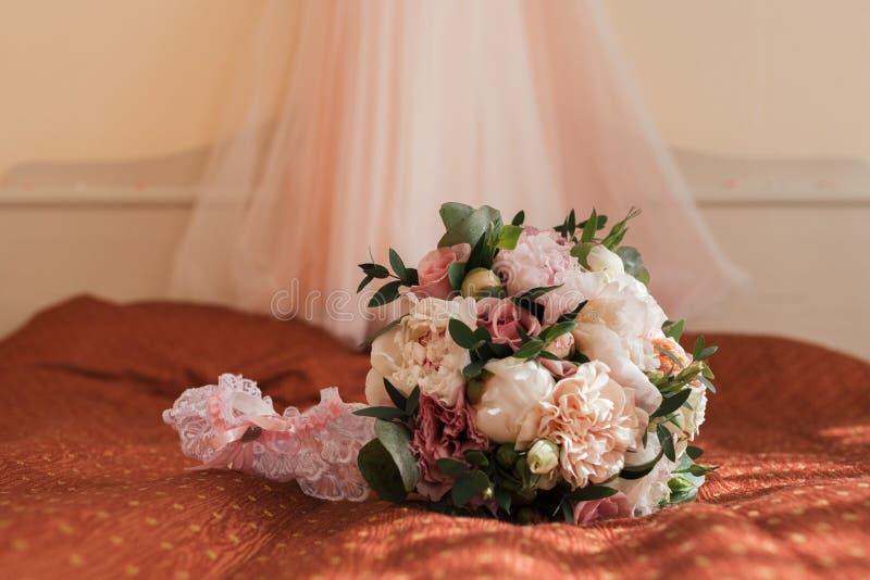 Ramalhete luxúria bonito do casamento de flores cor-de-rosa e de bride' liga de s fotos de stock