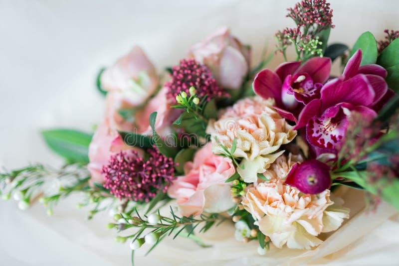 Ramalhete luxuoso bonito do close-up de flores misturadas nos vasos de vidro Ramalhete das rosas, dos cravos e das orquídeas imagem de stock royalty free