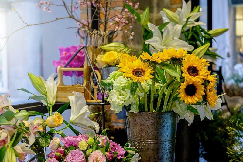 Ramalhete luxuoso bonito Flores misturadas na tabela cor-de-rosa O trabalho fotos de stock
