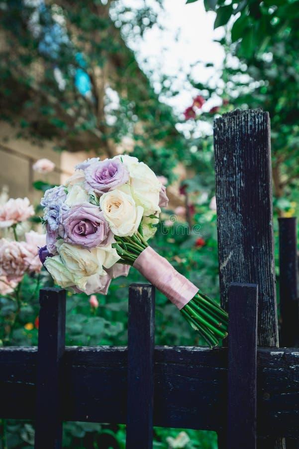 Ramalhete magnífico do casamento nos tons violetas rosas roxas e azuis imagens de stock royalty free