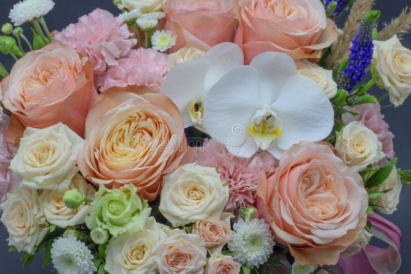 Ramalhete misturado das flores próximas acima do fundo escuro da orquídea branca imagens de stock