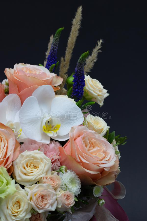 Ramalhete misturado das flores próximas acima do fundo escuro da orquídea branca fotos de stock royalty free