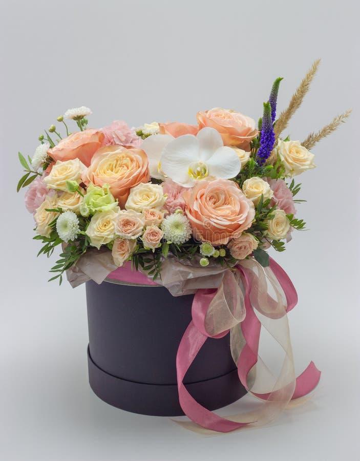 Ramalhete misturado de flores diferentes em uma caixa do chapéu em um fundo branco imagem de stock royalty free