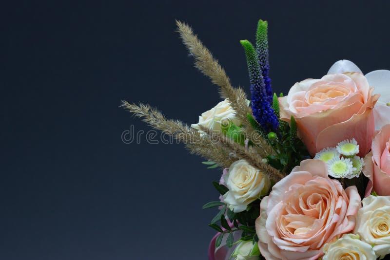 Ramalhete misturado do espaço livre do close-up das flores para seu texto imagens de stock royalty free