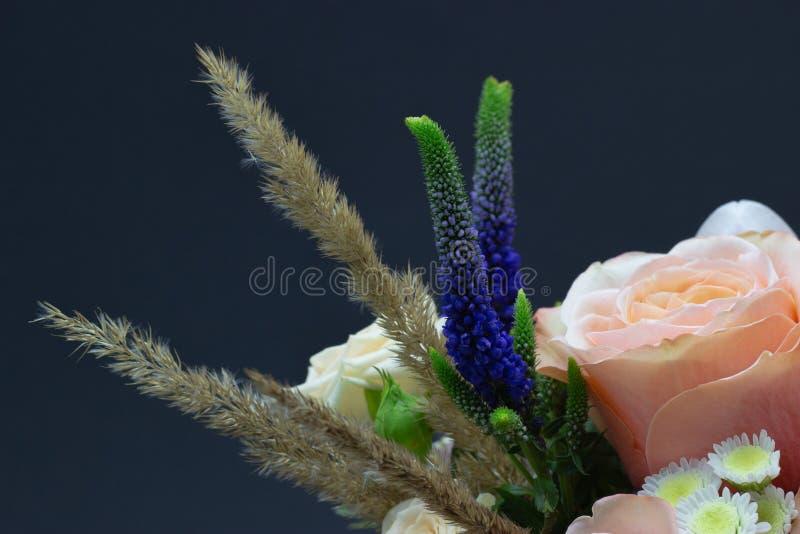 Ramalhete misturado do espaço livre do close-up das flores para seu texto foto de stock