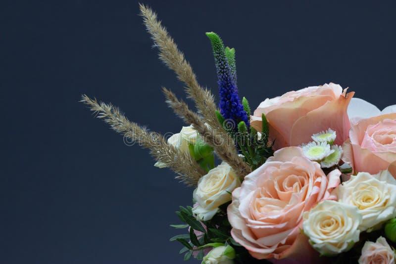 Ramalhete misturado do espaço livre do close-up das flores para seu texto fotografia de stock