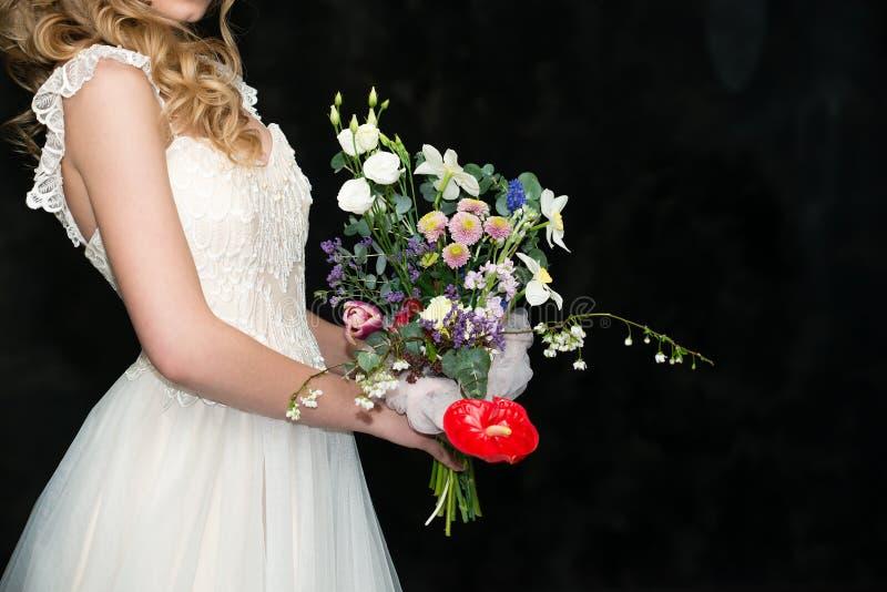 ramalhete moderno do casamento nas mãos do espaço da cópia da noiva imagens de stock
