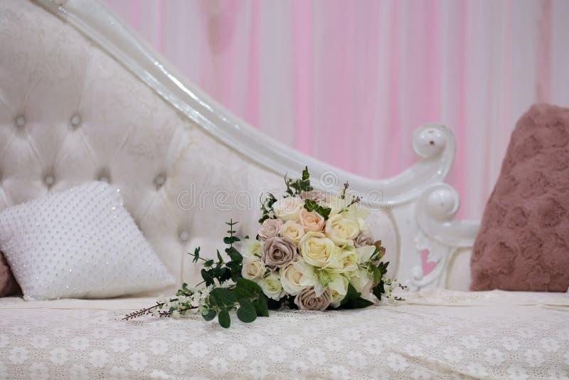 Ramalhete na cadeira fotos de stock royalty free