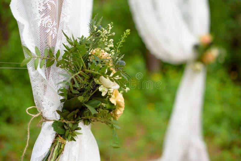 Ramalhete no boho do casamento, decorações florais do partido banquete de casamento do projeto fotografia de stock