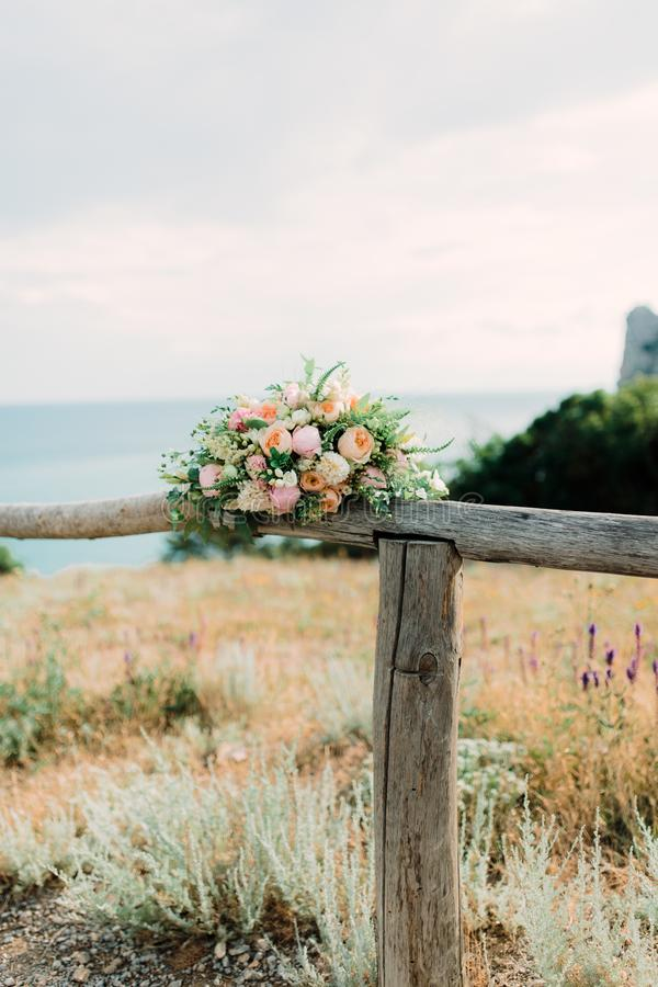 Ramalhete nupcial bonito Rosas e filiais Acessórios do casamento imagem de stock