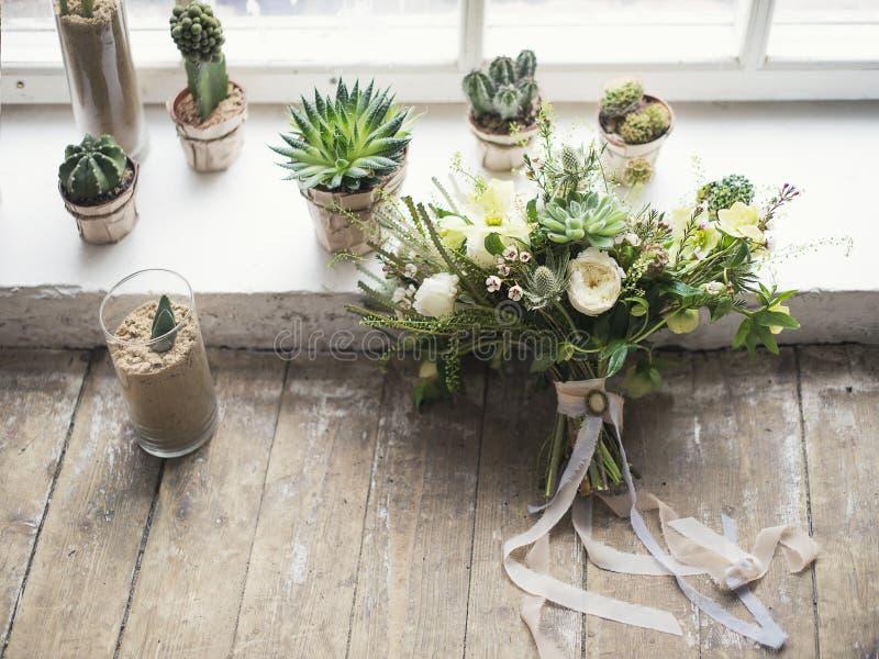 Ramalhete nupcial com cacto, plantas carnudas e outras plantas no woode imagens de stock royalty free