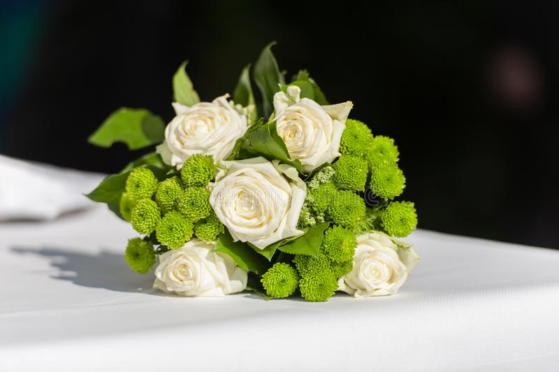 Ramalhete nupcial da flor na tabela branca no fundo preto foto de stock royalty free