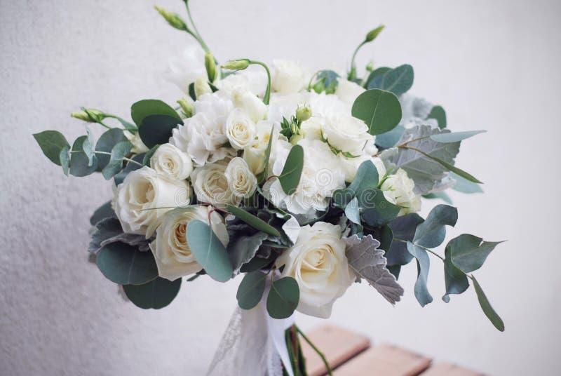 Ramalhete nupcial da rosa e do lisianthus do branco com eucalipto Imagem horizontal imagem de stock