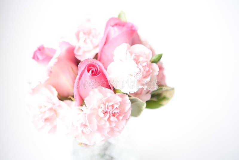 Ramalhete nupcial das rosas e dos cravos imagem de stock