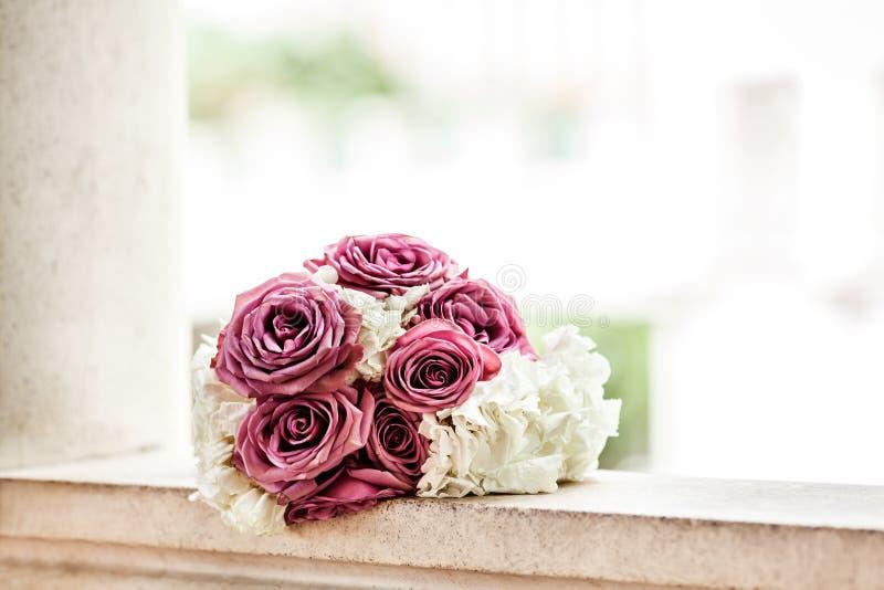 Ramalhete nupcial de rosas cor-de-rosa e das peônias brancas exteriores imagem de stock