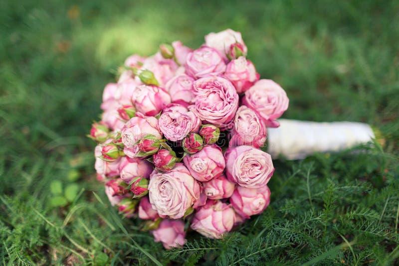 Ramalhete nupcial do casamento de rosas cor-de-rosa fotos de stock royalty free
