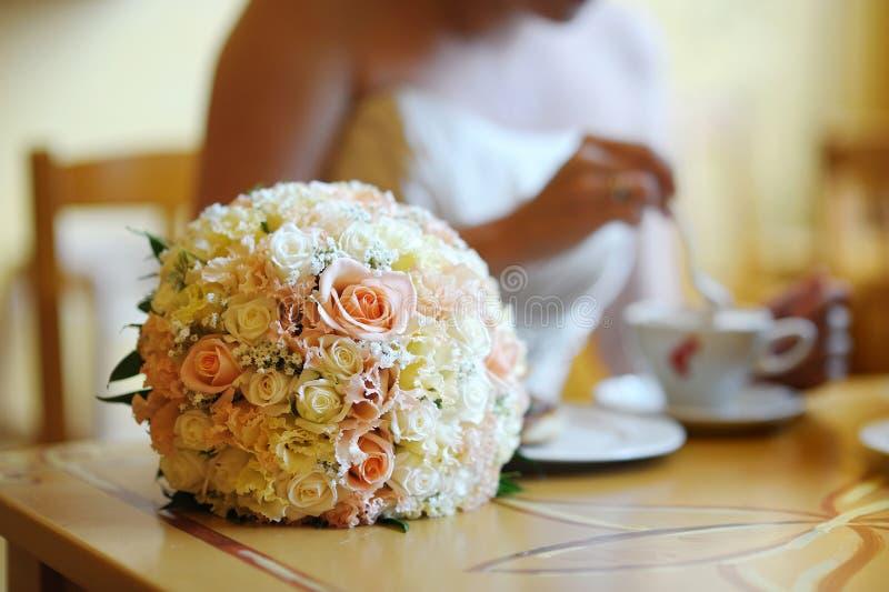Ramalhete nupcial do casamento em uma tabela fotografia de stock