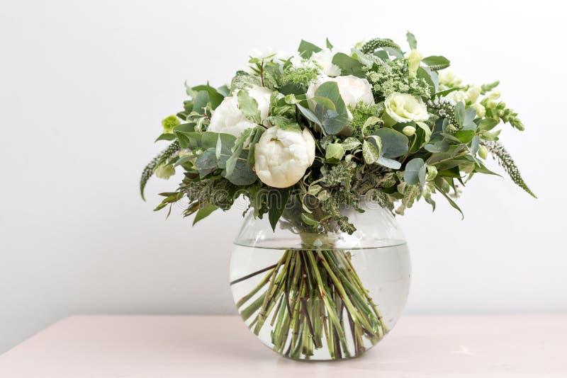 Ramalhete nupcial do casamento luxuoso com peônias brancas e as flores misturadas no armário cor-de-rosa fotos de stock royalty free