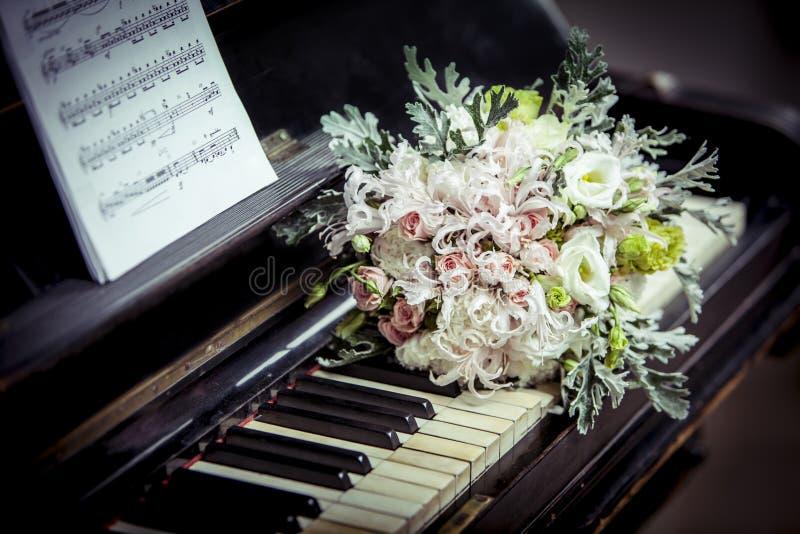 Ramalhete nupcial no close-up do piano imagem de stock royalty free