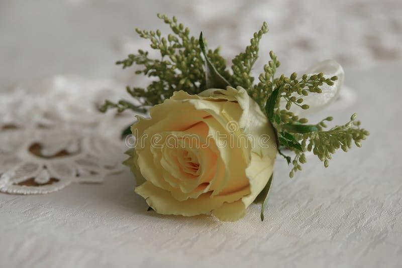 Ramalhete pequeno da rosa fresca do amarelo para a casa de botão, ou boutonniere imagem de stock