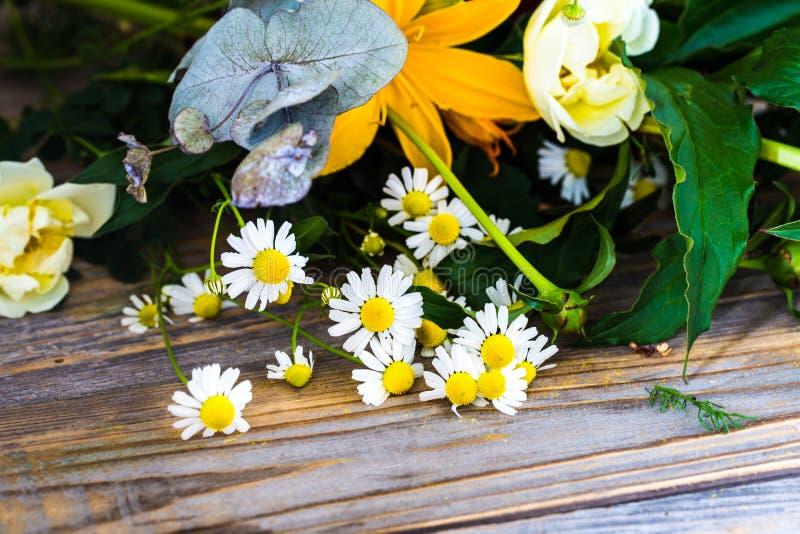 Ramalhete simples de flores frescas no fundo de madeira fotos de stock