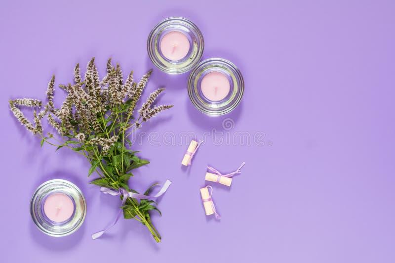Ramalhete surpreendente bonito da hortelã com fita violeta e velas do imagem de stock royalty free