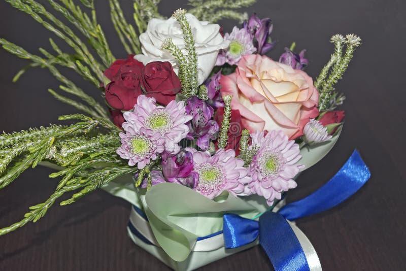 Ramalhete vivo bonito de flores misturadas fotos de stock
